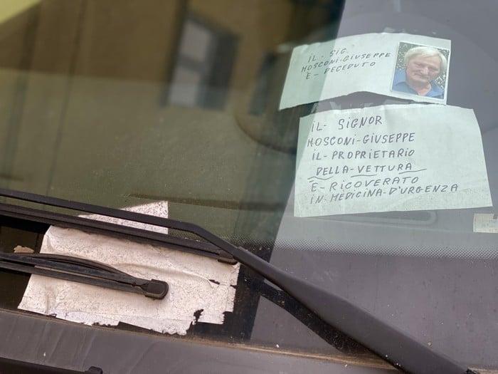 I biglietti sul cruscotto del proprietario dell'auto