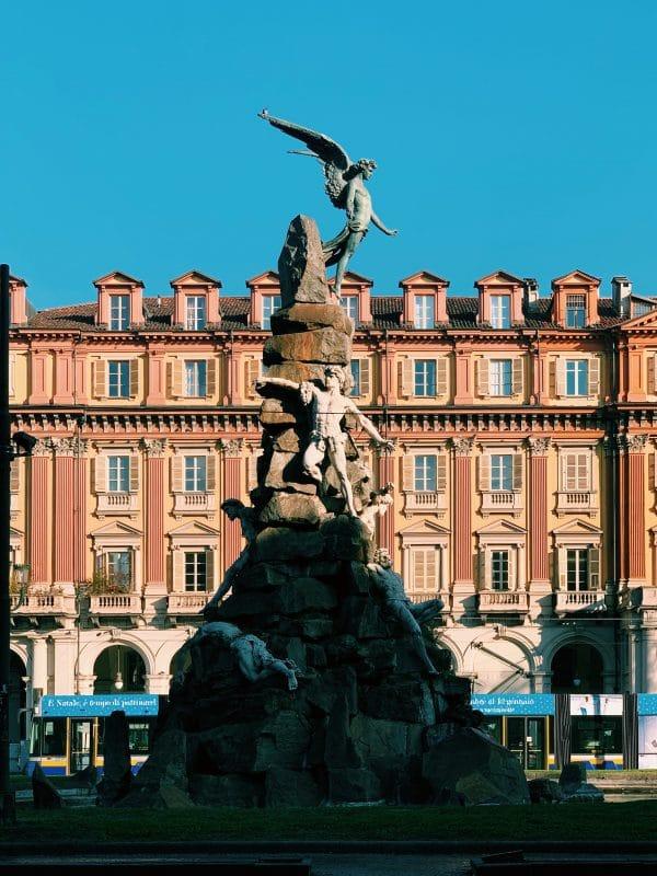 statua piazza statuto