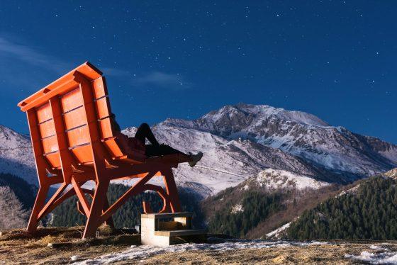 Foto panchina rossa con sfondo montagne a Prato Nevoso