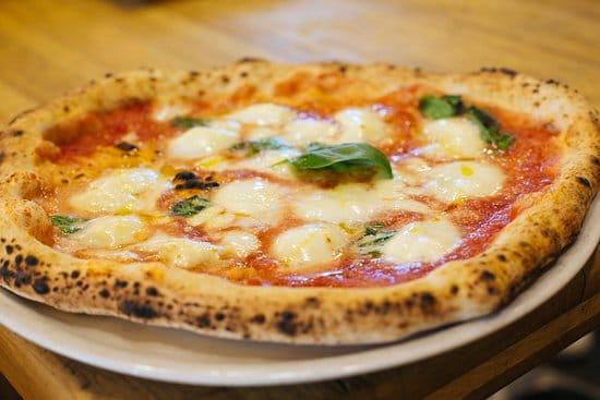 mangiare la pizza a Milano